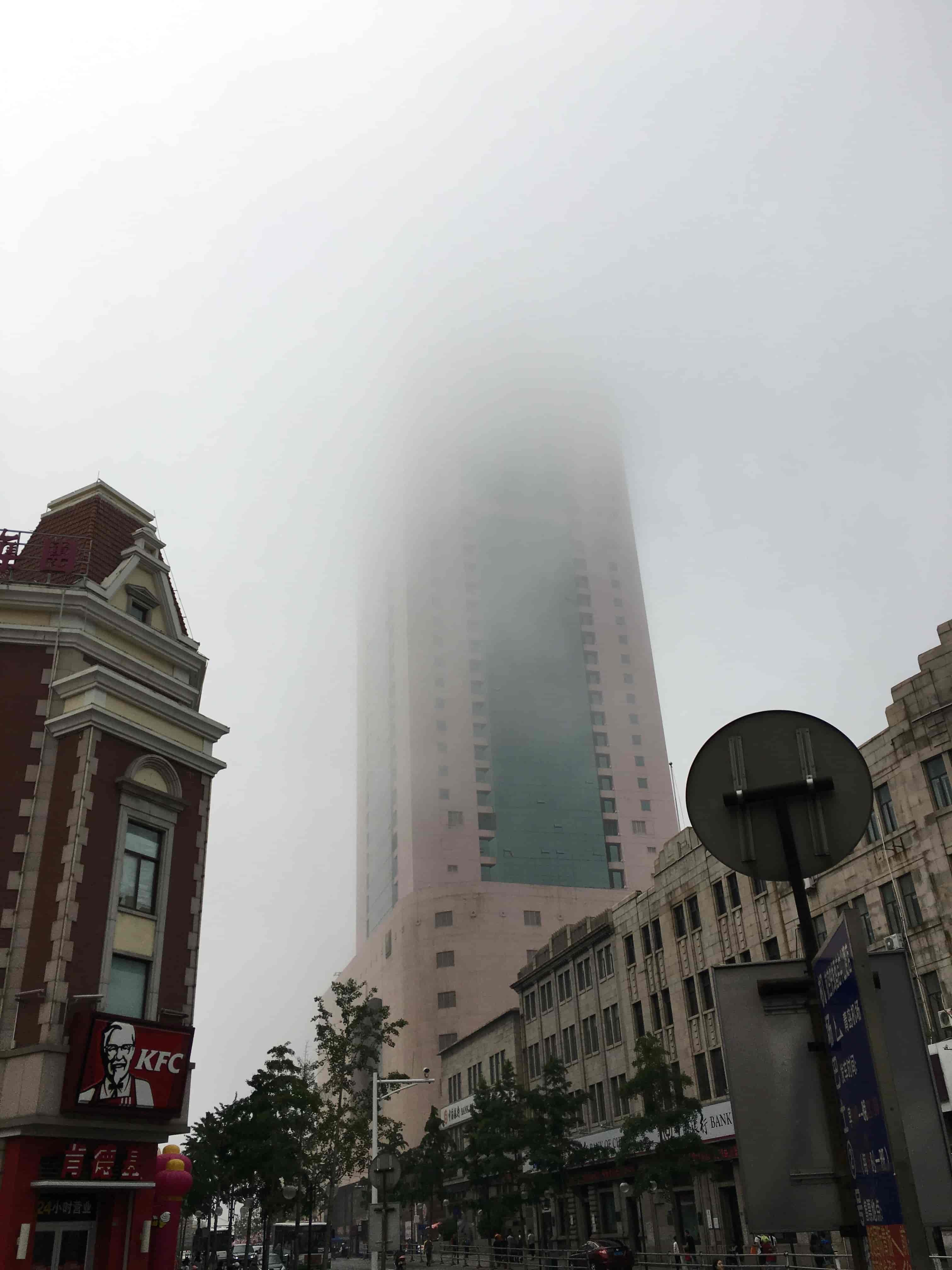 海雾中的大厦
