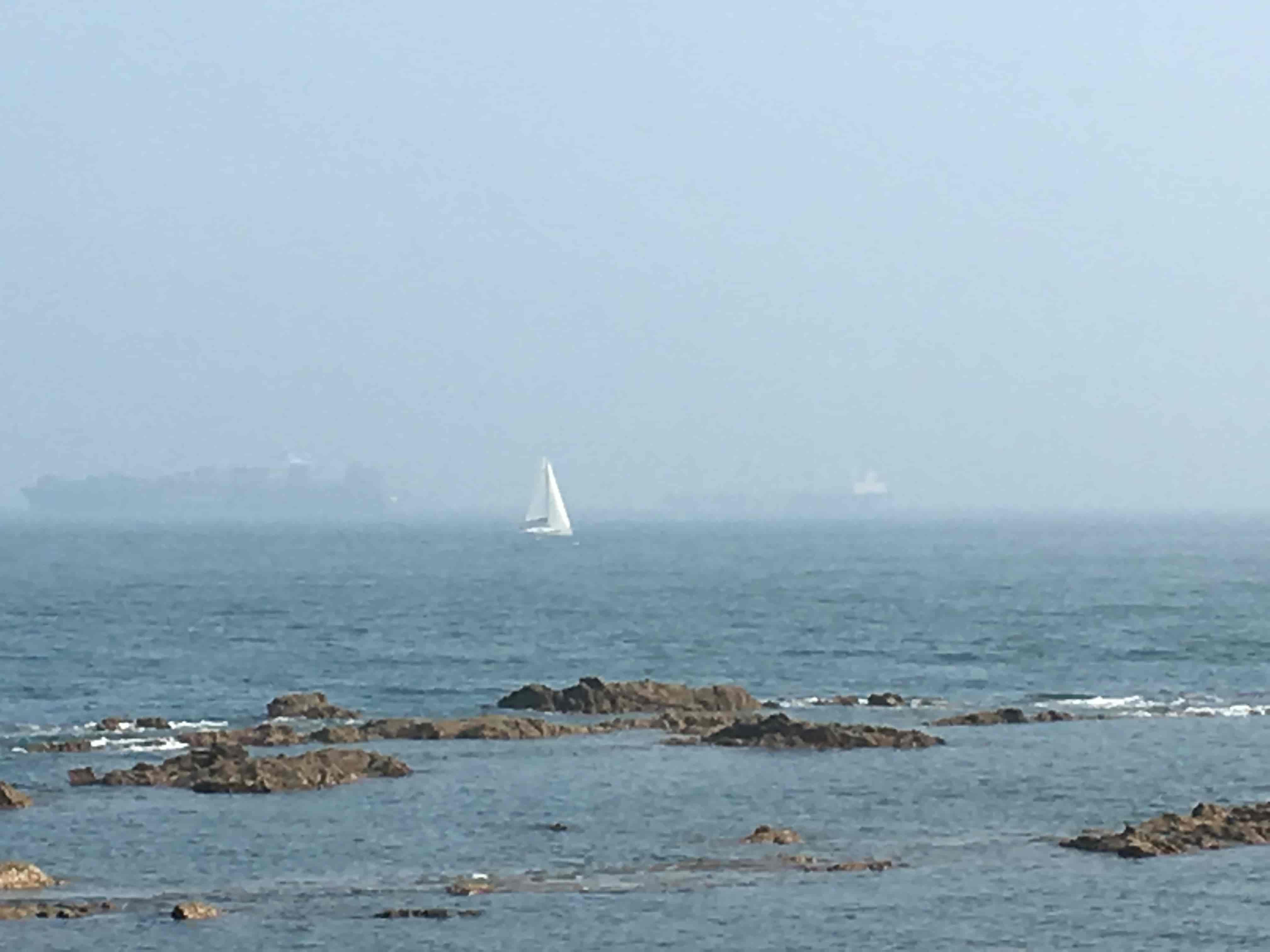远处的帆船